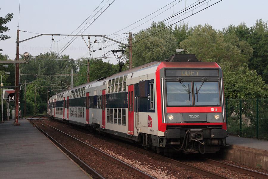 Entrée en gare de Breuillet-Bruyères-Le-Chatel de la Z 20529/20530, assurant le train DUFY 147851 Chaville-Vélizy - Dourdan.