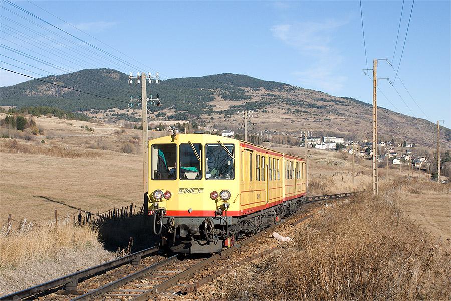 Le TER 23007 Villefranche-Vernet-les-Bains - Font Romeu, assuré par l'UM Z 104 - Z 108 laisse Mont-Louis et la Cabanasse derrière lui, après l'avoir desservi, quelques minutes plus tôt.